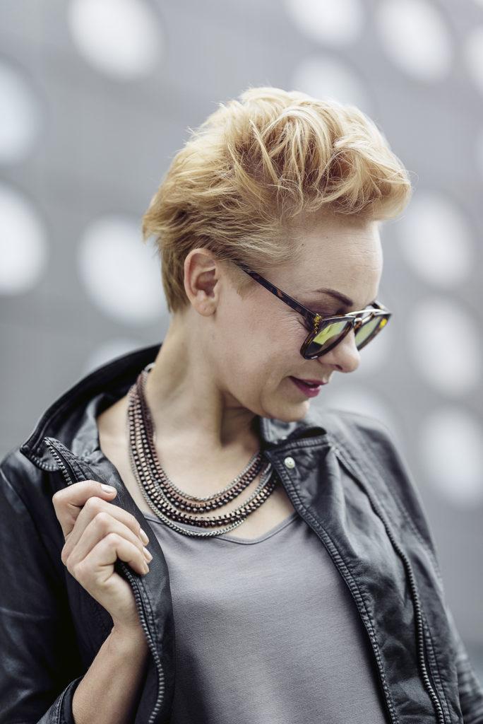 kobieta w okularach słonecznych i ramonesce