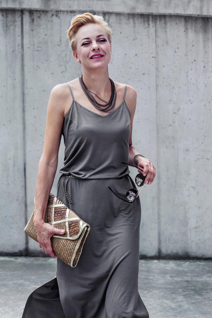 kobieta w szarej długiej sukience
