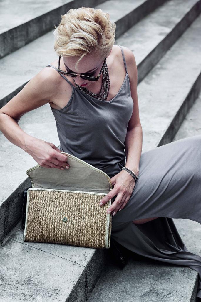 kobieta w szarej sukience na schodach