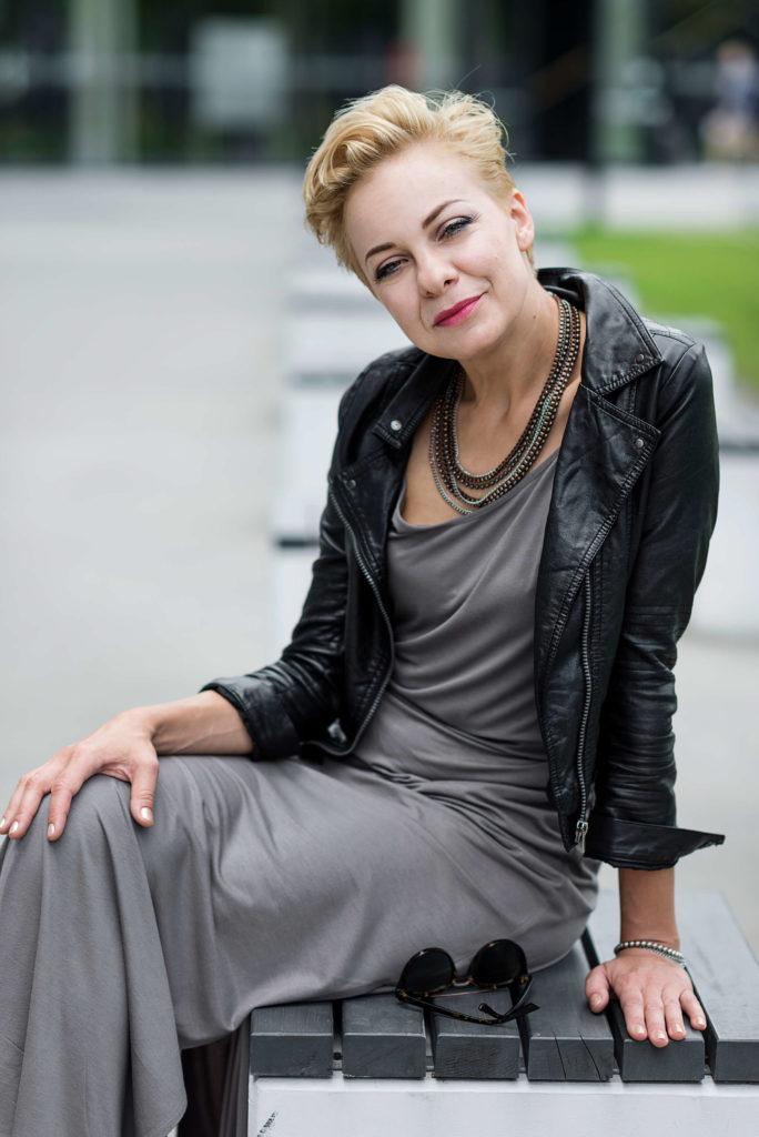 kobieta na ławce w skórzanej kurtce